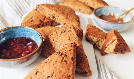 Une recette simplissime de scones anglais aux pépites de chocolat noir sur le blog laualamenthe.com