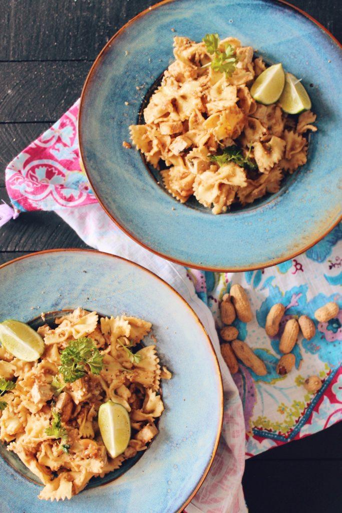 Recette végétarienne de farfalle au tofu et à la sauce cacahuètes au citron vert sur le blog laualamenthe.com