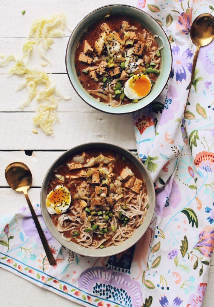 Recette de miso ramen végétarien au tofu et aux oeufs sur le blog laualamenthe.com