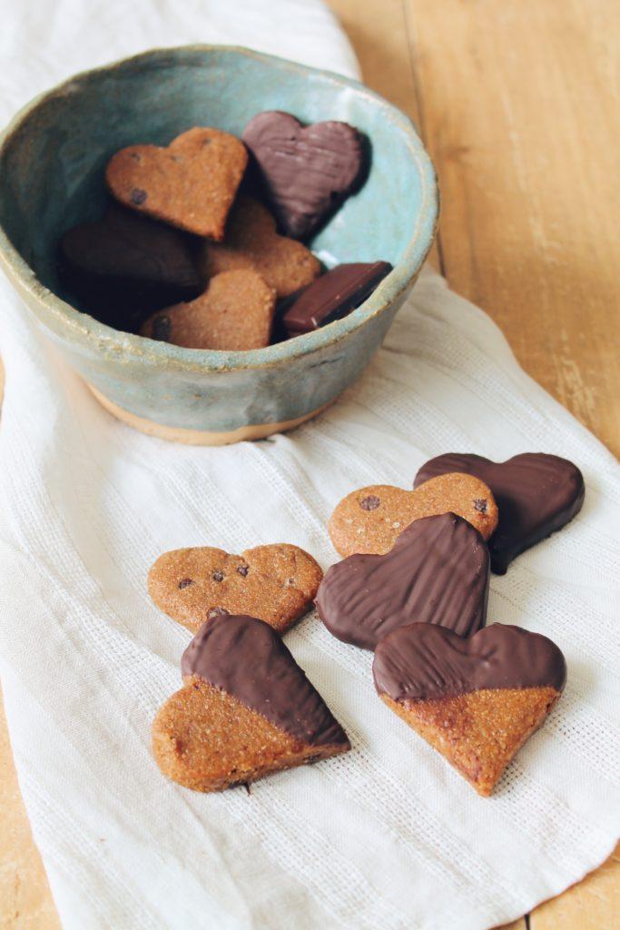 Recette facile et rapide de biscuits sablés à la vanille et aux pépites de chocolat noir. Une recette vegan sur le blog laualamenthe.com