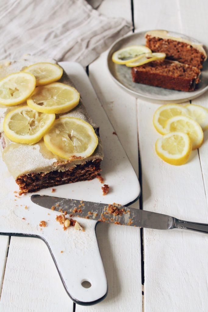 Recette de cake végétalien vegan au citron et aux graines de chia, recouvert d'un glaçage au chocolat blanc. Sur le blog de laualamenthe.com
