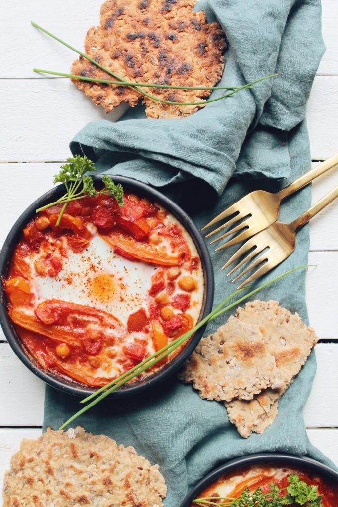 Shakchouka végétarienne aux poivrons et tomates, oeuf à l'israélienne. Recette sur le blog laualamenthe.com