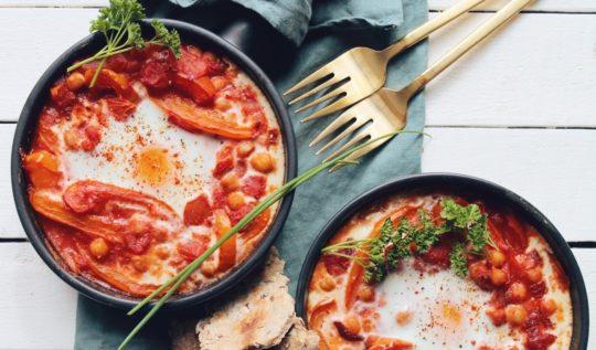 Chakchouka végétarienne aux poivrons et tomates, oeuf à l'israélienne. Recette sur le blog laualamenthe.com