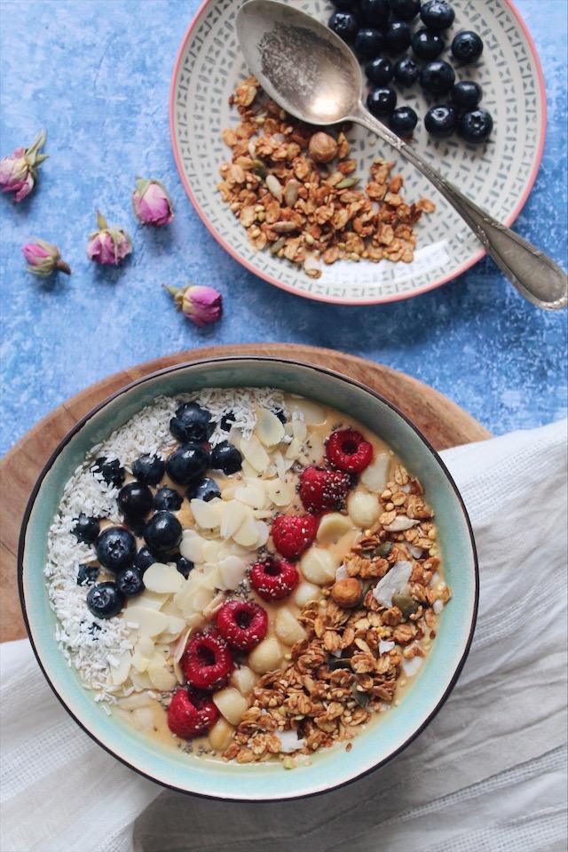 Recette d'açai bowl à la banane et aux framboise sur le blog laualamenthe.com