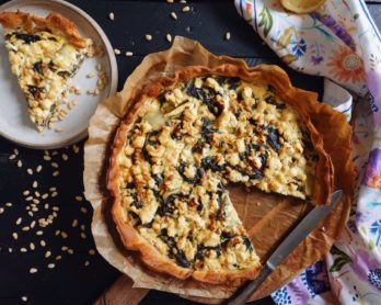 Recette de tarte aux blettes, feta et pignons de pin sur le blog laualamenthe.com. Une tarte salée végétarienne délicieuse !