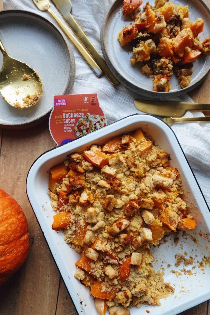 Recette de crumble au potimarron, à la courge butternut et au tolu haché, gratiné au fromage vegan Socheeze sur le blog laualamenthe.com
