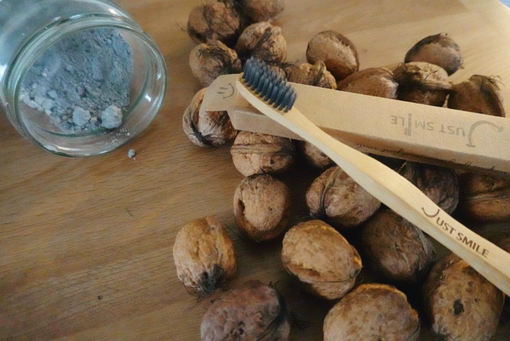 Le zéro déchets dans sa salle de bains, ça passe par l'utilisation d'une brosse à dents en bambou. On en parle sur le blog laualamenthe.com.
