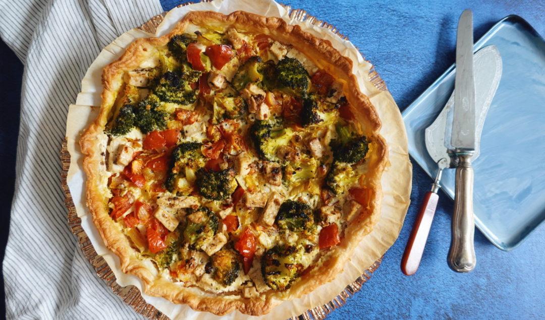 Une recette de quiche vega, à base de tomates, de brocoli et de fromages SoCheeze sur le blog laualamenthe.com
