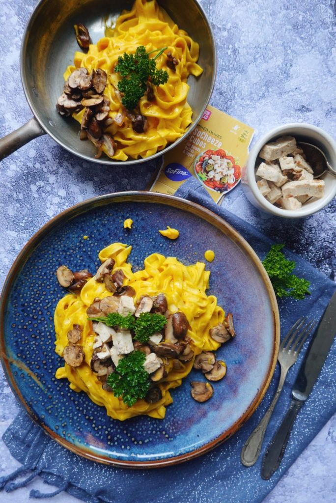 Recette de tagliatelles à la crème de potimarron, noix de cajou servie avec des fromages vegan SoCheeze sur le blog laualamenthe.com