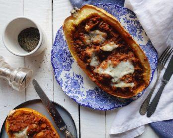 Recette végétarienne de courges spaghetti farcies à la bolognaise de lentilles et gratinées à la mozzarella.