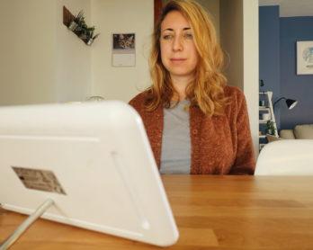 Lau à la menthe face à une lampe de luminothérapie pour affronter l'hiver et la déprime saisonnière