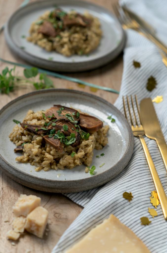 Deux assiettes de risotto au mascarpone et aux cèpes, une recette pour un repas de fête sur le blog laualamenthe.com