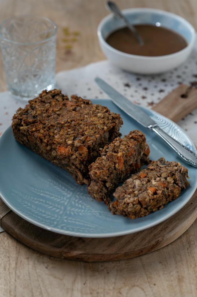 Une assiette de rôti végétarien aux marrons, lentilles, champignons. Pour un repas de fête, les recettes sont sur le blog laualamenthe.com
