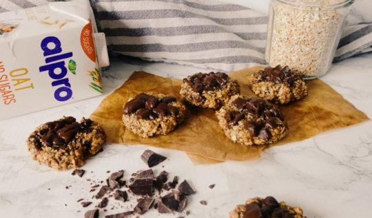 De délicieux cookies vegan et sans sucres ajoutés, réalisés avec des flocons d'avoine, des dattes et du lait végétal. Une recette du blog laualamenthe.com