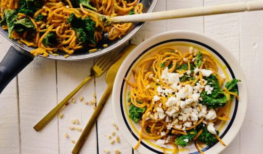 Spaghetti de patate douce réalisés au spiralizer, servi avec du chou kale, du pesto, des pignons de pin grillés et de la feta. Recette du blog laualamenthe.com
