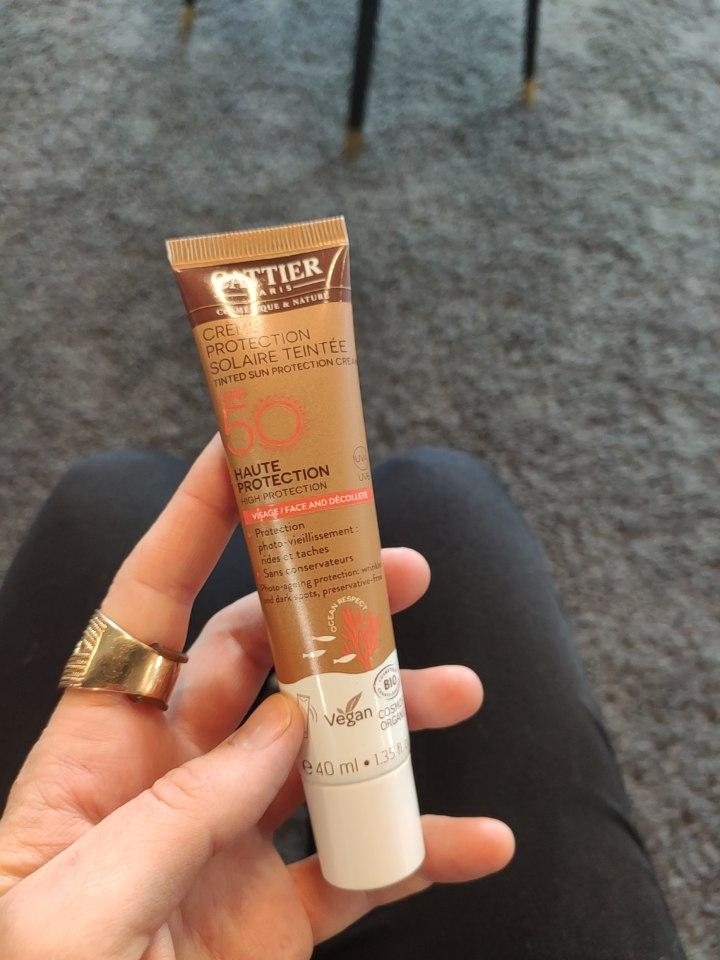 Focus sur la crème de protection solaire teintée pour le visage SPF 50 de la marque de cosmétiques bio et naturels Cattier
