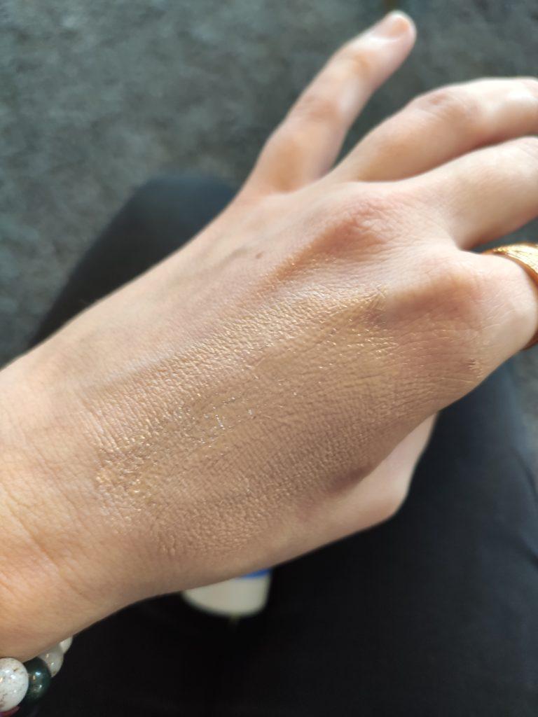 Application d'une crème solaire teintée de la marque de cosmétiques bio et naturels Cattier sur un main