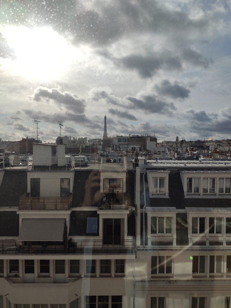 Vue sur la Tour Eiffel de Paris depuis la fenêtre d'un appartement lors d'un évènement Cattier.