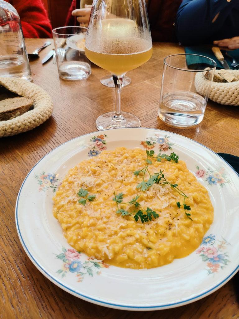 Plat principal de la formule lunch du restaurant Chabrol : assiette de risotto à la courge et à la marjolaine