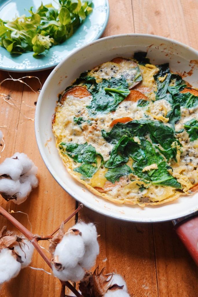 Recette de frittata à base de patate douce, d'épinards frais et de bleu d'Adèle, un fromage de chèvre délicieux. Sur le blog laualamenthe.com