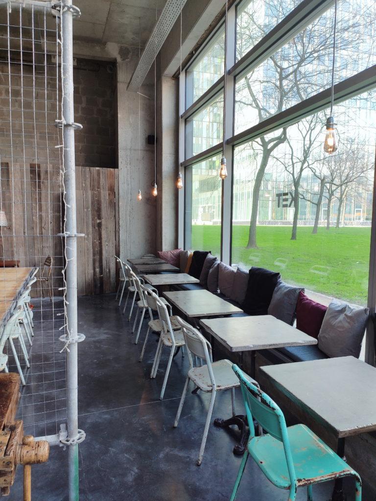 KET Café, dans le Quartier Nord, à côté de la Gare du Nord, un café au look industriel qui propose des lunchs frais et des desserts maison.