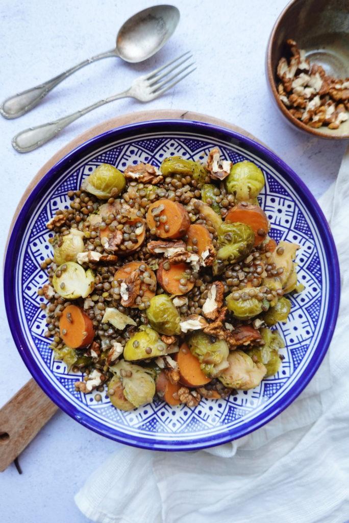Assiette de lentilles vertes, choux de Bruxelles, patate douce et cerneaux de noix. Une recette végétarienne sur le blog laualamenthe.com