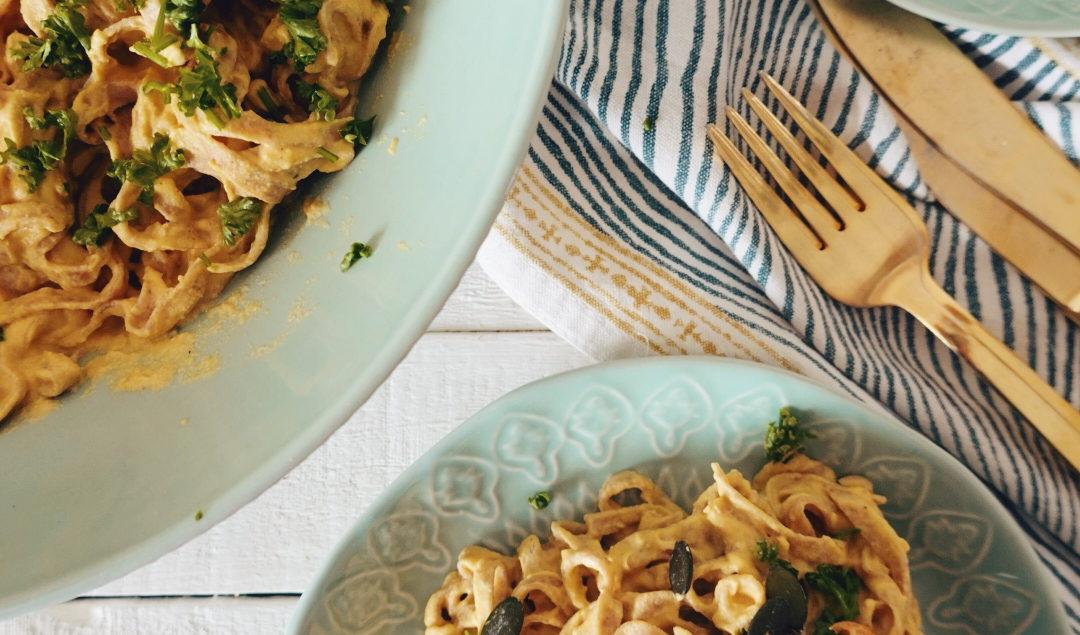 Recette vegan de pâtes à la crème de butternut et noix de cajou mixées sur le blog laualamenthe.com.
