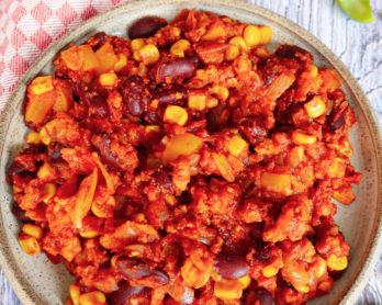 Photo d'un plat de chili sans viande végétalien aux protéines végétales de soja. Recette complète sur le blog végétarien laualamenthe.com