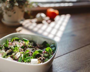 Salade de quinoa, avocat, feta (et autres ingrédients surprises)